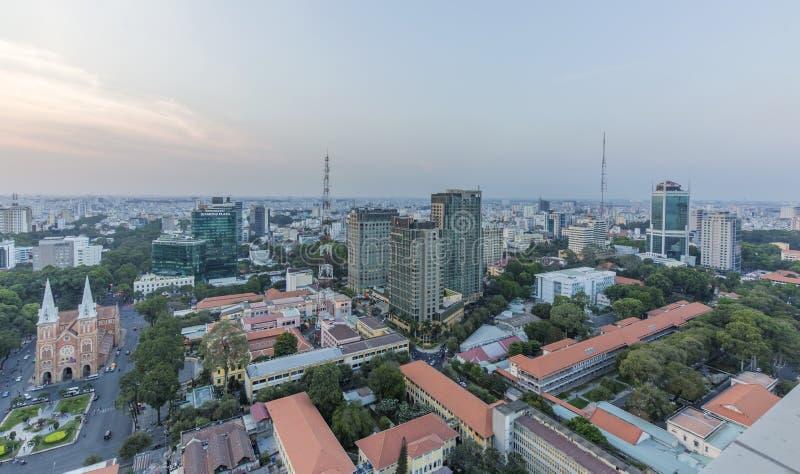 Ho Chi Minh stadssikt från överkant av byggnad fotografering för bildbyråer