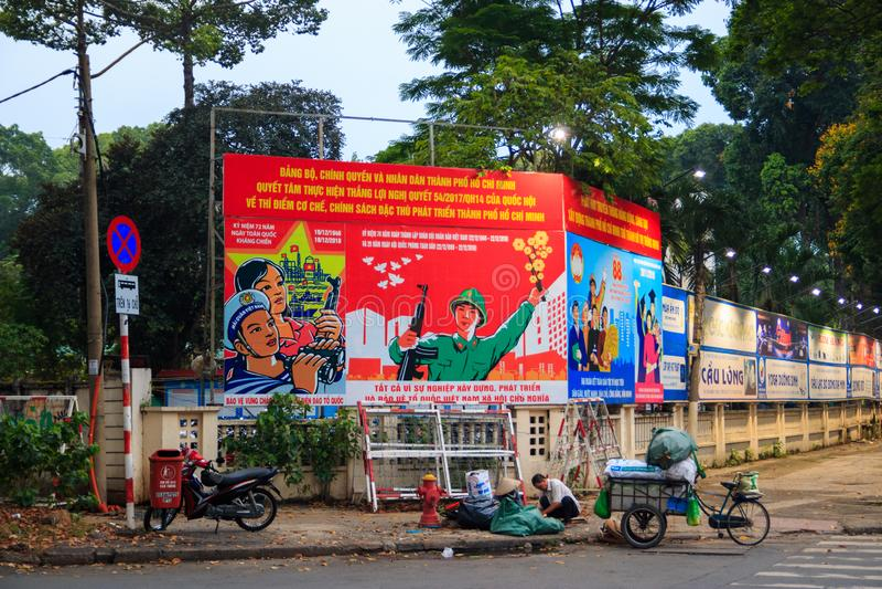 Ho Chi Minh-Stadt, Vietnam - Dezember 2018: Vietnamesisches großes rotes Schild mit Slogan nahe der Straße lizenzfreies stockfoto