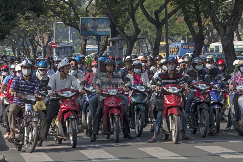 HO CHI MINH STADT, VIETNAM 4. NOVEMBER: Motorradfahrer, die am traff warten lizenzfreies stockfoto
