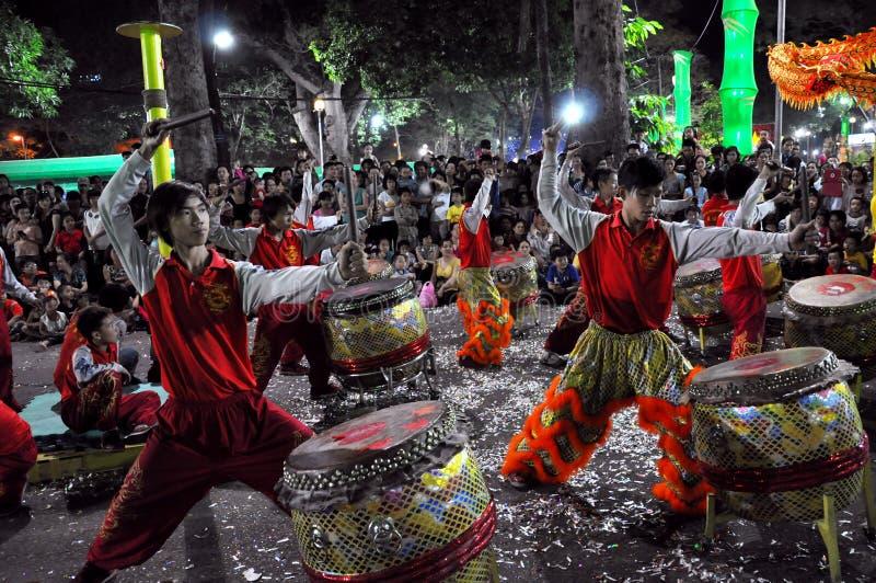 Ejecución viva durante el Año Nuevo de Tet, Vietnam de los baterías fotos de archivo