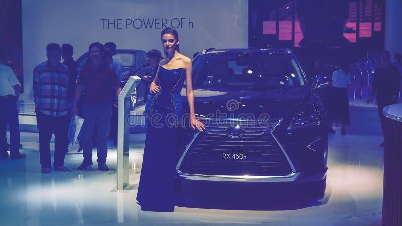 HO CHI MINH/VIETNAM, am 4. August 2017 - Schönheits-Modell- und Lexus-RX 450h Auto auf Anzeige an Vietnam-Autoausstellung 2017 stockbild