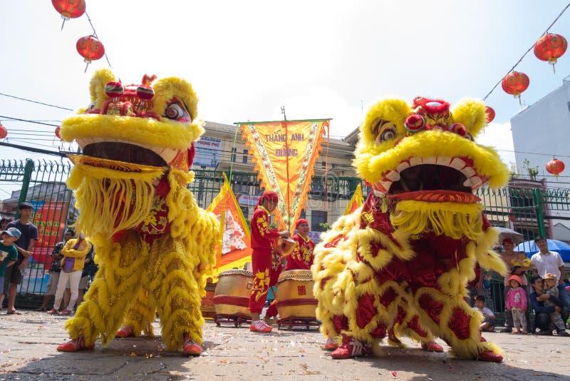 Ho Chi Minh, Vietnam - 18 février 2015 danse de lion pour célébrer la nouvelle année lunaire à la pagoda de Thien Hau photos stock