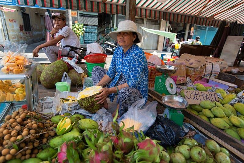 HO CHI MINH, VIETNAM - 10. JUNI 2015: Eine nicht identifizierte Frau zieht ab und verkauft Durianfrucht lizenzfreies stockbild
