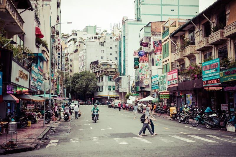 HO CHI MINH, VIETNAM 23 NOVEMBRE 2018 : Le trafic sur une rue dans Saigon, Vietnam Les motocyclettes sont des moyens très populai image stock