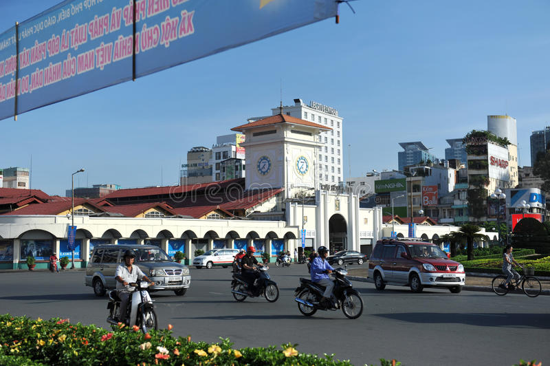 HO CHI MINH, VIETNAM - 29. OKTOBER 2014: Leute gehen, durch Motorräder zu arbeiten lizenzfreies stockbild