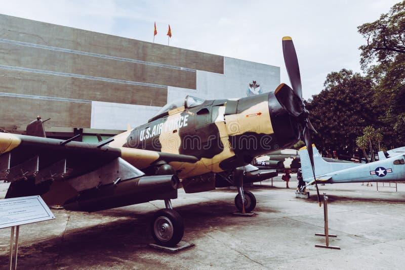 HO CHI MINH, WIETNAM LISTOPAD 23, 2018: Antyczny helikopter i zbiornik przy Wietnamskim Wojennym szczątka muzeum, muzealna utrzym obraz stock