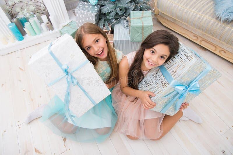 Ho ho ho Meninas bonitos das crianças pequenas com presente do xmas as irmãs mais nova felizes comemoram o feriado de inverno Tem imagem de stock