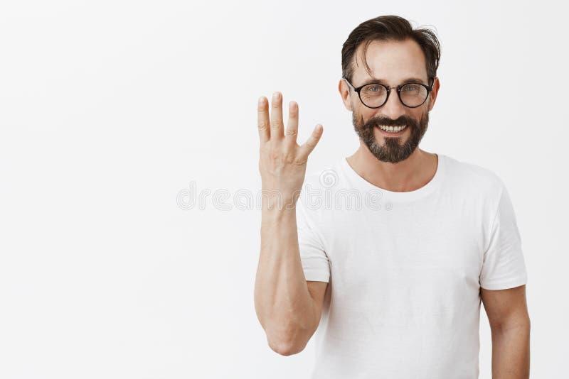 Ho quattro bambini Ritratto di bello modello maschio felice affascinante con la barba e dei baffi in vetri neri e nella t fotografia stock libera da diritti