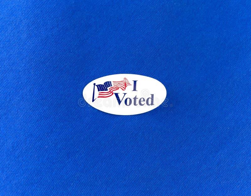 Ho votato l'autoadesivo di elezione sulla camicia di cotone blu fotografia stock