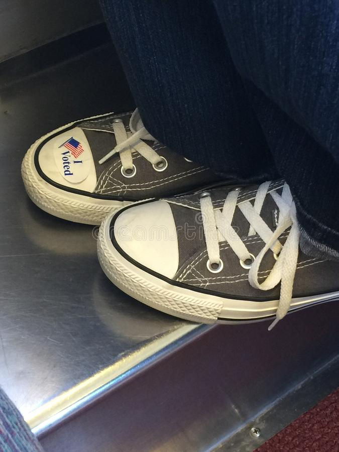 Ho votato l'autoadesivo sulle scarpe di tennis fotografie stock