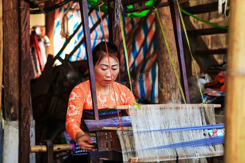 HOA BINH, Vietnam, el 4 de noviembre de 2017 mujeres tailandesas de la minoría étnica, montaña Mai Chau, Hoa Binh, brocado imagen de archivo