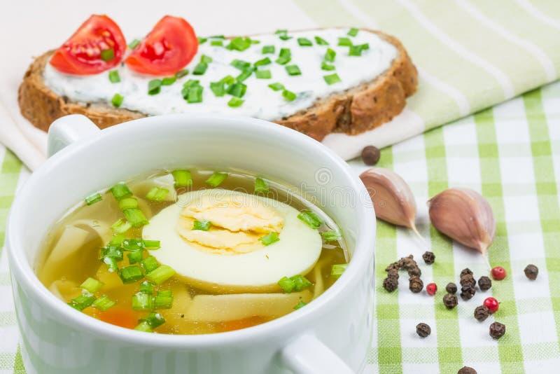 Hoad soup med det kokt ägget royaltyfria foton