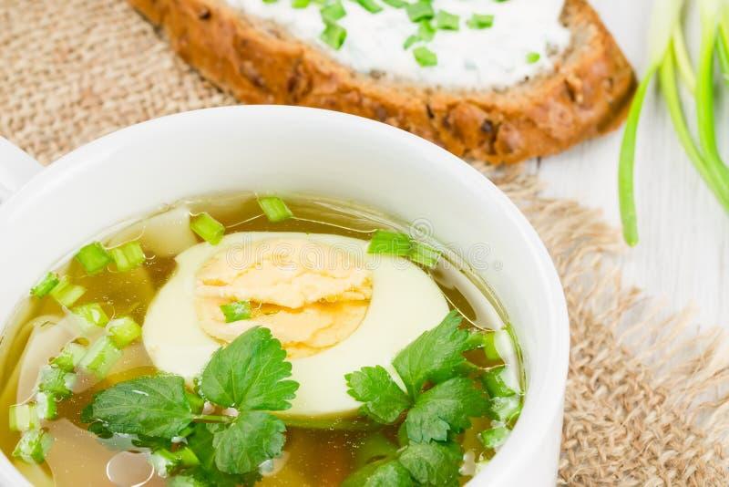 Hoad soup med det kokt ägget på ett trä ytbehandlar royaltyfri bild