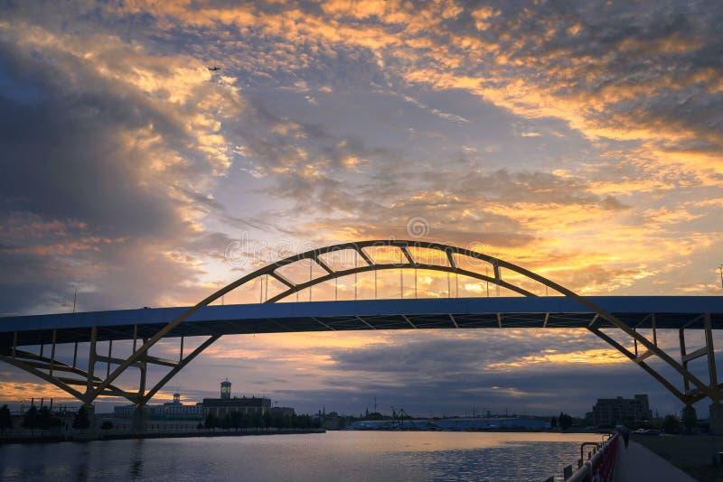 Hoan桥梁在密尔沃基,日落的威斯康辛 库存照片