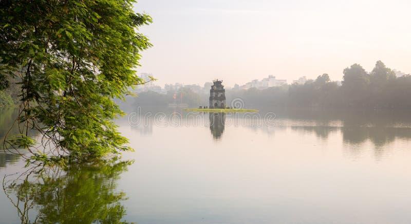 Hoan Kiem sjön och sköldpaddan står högt, Hanoi, Vietnam royaltyfria foton