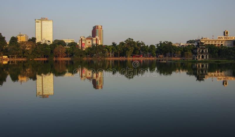 HoanKiem sjö, den lilla sjön i den gamla delen av Hanoi, Vietnam arkivbild