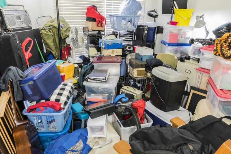 Hoarderrum som packas med lagrade objekt royaltyfri bild