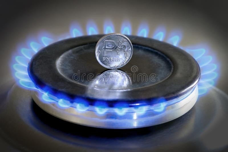 Hob do gás com queimadura da moeda do gás natural e do rublo de russo imagem de stock royalty free