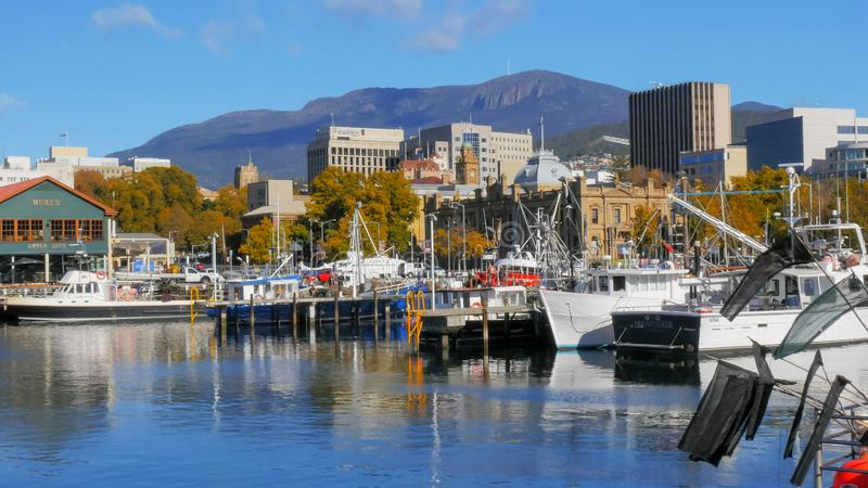 HOBART AUSTRALIEN - APRIL 16, 2015: bred sikt av den victoria skeppsdockan i den tasmanian huvudstaden av hobart på en fin höstda royaltyfria foton