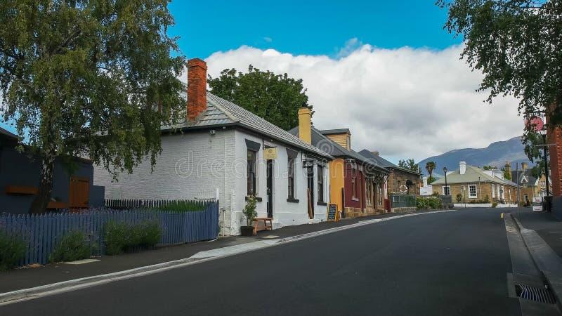 HOBART AUSTRALIEN DECEMBER, 21, 2016: historiska hus längs den hampden vägen på batteripunkt i Tasmanien royaltyfri bild