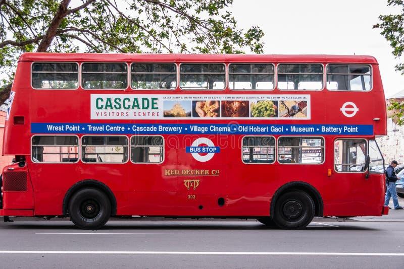Hobart, Tasmânia, Austrália - 14 de dezembro de 2009: Ônibus público da plataforma dobro vermelha com o grande cartaz da propagan fotos de stock