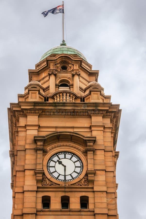 Hobart, Tasmânia, Austrália - 14 de dezembro de 2009: Torre de pulso de disparo de pedra marrom histórica no canto de ruas de Mac imagem de stock royalty free