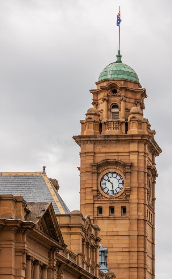 Hobart, Tasmania, Australia - 14 de diciembre de 2009: Torre de reloj de piedra marrón histórica en la esquina de las calles de M foto de archivo