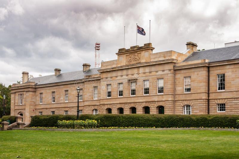 Hobart, Tasmanien, Australien - 13. Dezember 2009: Brown-Stein Parlamentsgebäudestadtzentrum unter schwerem cloudscape und grünem stockfotos