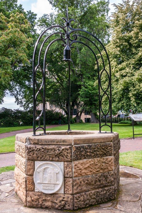 Hobart, Tasmanien, Australien - 14. Dezember 2009: Nahaufnahme des Gedenksteinkrüppel-Kinderwasserbrunnens im grünen Park lizenzfreies stockfoto