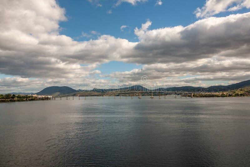 Hobart, Tasmanien, Australien - 13. Dezember 2009: Reine Spekulation an Tasman-Straßenbrücke über Derwent-Fluss mit Bergen unter  stockfotos