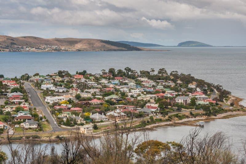 Hobart, Tasmanien, Australien - 13. Dezember 2009: Vornehme Nachbarschaft und Halbinsel Bellerive über Derwent-Fluss vom dowtown lizenzfreies stockbild