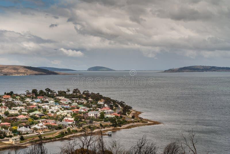Hobart, Tasmanien, Australien - 13. Dezember 2009: Vornehme Nachbarschaft und Halbinsel Bellerive über Derwent-Fluss vom dowtown lizenzfreie stockfotografie