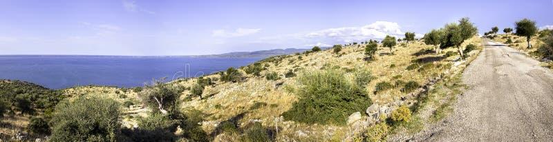 Hobbelig wegmeer Varano in het platteland van Puglia - Gargano royalty-vrije stock afbeeldingen
