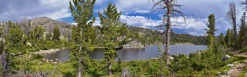 Hobbs sjö i det Wind River området, Rocky Mountains, Wyoming, sikter från fotvandring som fotvandrar slingan till den Titcomb han royaltyfri bild