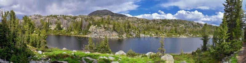 Hobbs sjö i det Wind River området, Rocky Mountains, Wyoming, sikter från fotvandring som fotvandrar slingan till den Titcomb han fotografering för bildbyråer
