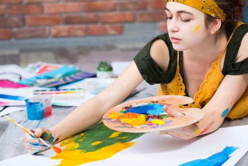Hobby artysty rekreacyjny kreatywnie żeński obraz zdjęcia stock