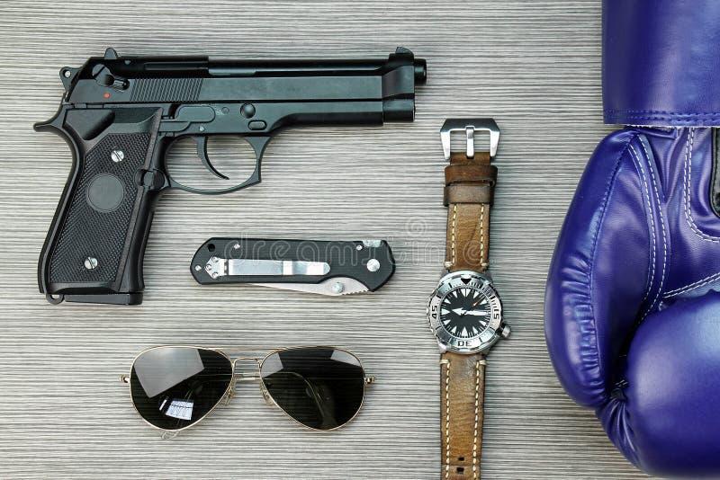 Hobby degli uomini e collectibles, guantoni da pugile, orologio, pistola fotografia stock