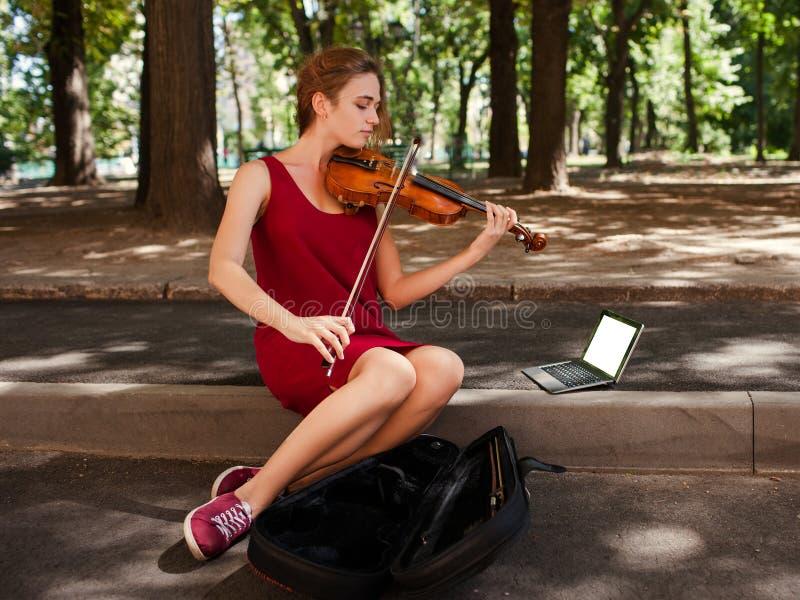 Hobby di arte di prestazione musicale del musicista ambulante immagini stock