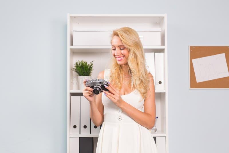 Hobby en mensenconcept - sluit omhoog portret van mooie vrouw in witte uitstekende de fotocamera van de kledingsholding royalty-vrije stock fotografie