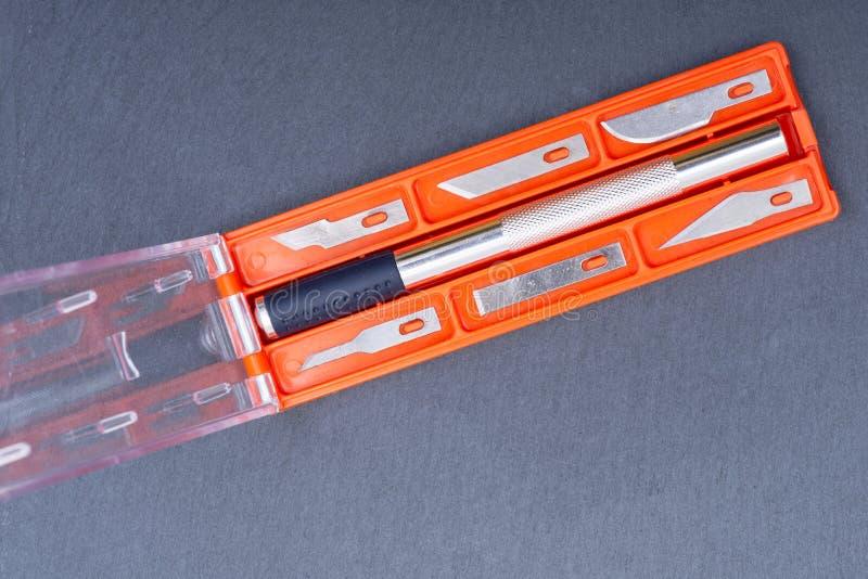 Hobby-Messer eingestellt für den Schnitt des Holzes, des Papiers, des Plastiks und des Stoffes auf grauem Stein lizenzfreie stockbilder