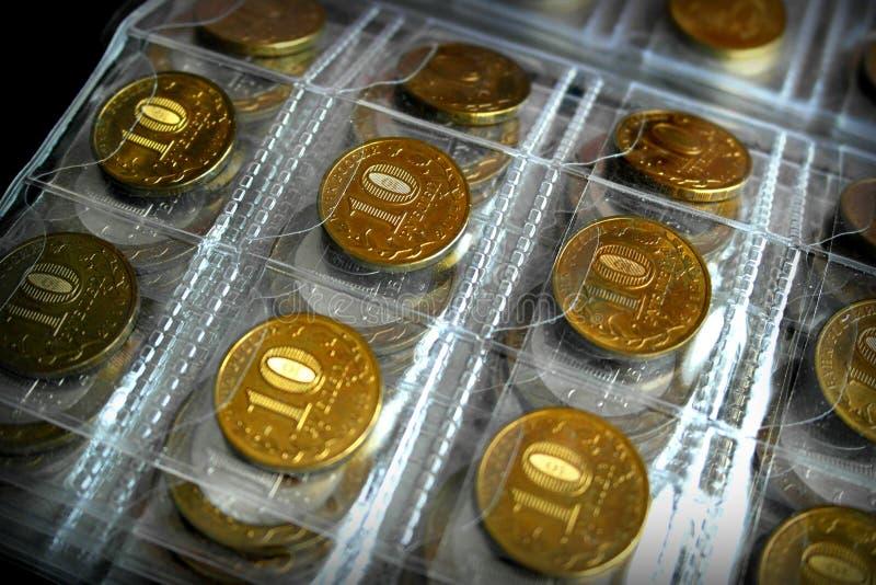 Hobby-mynt som samlar, ett specialt album för att lagra mynt arkivbilder
