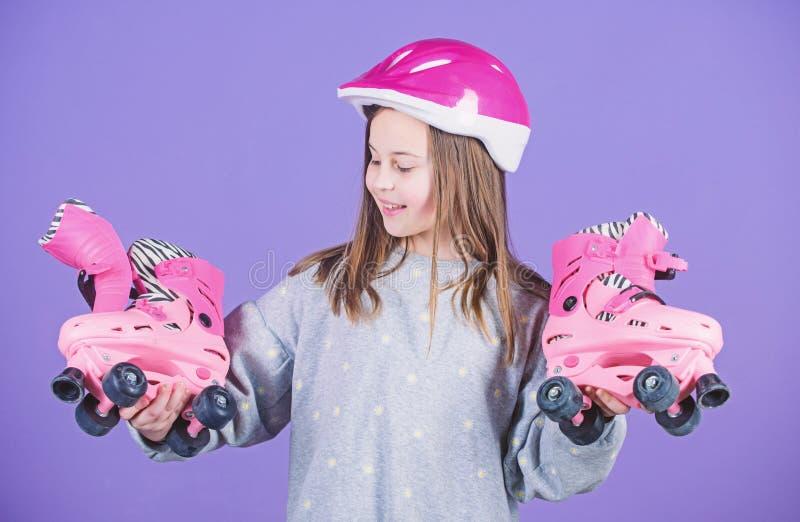 Hobby teenager di pattinaggio a rotelle Anni dell'adolescenza allegri che vanno guidare Ragazza teenager sportiva pattinare di ru fotografia stock libera da diritti