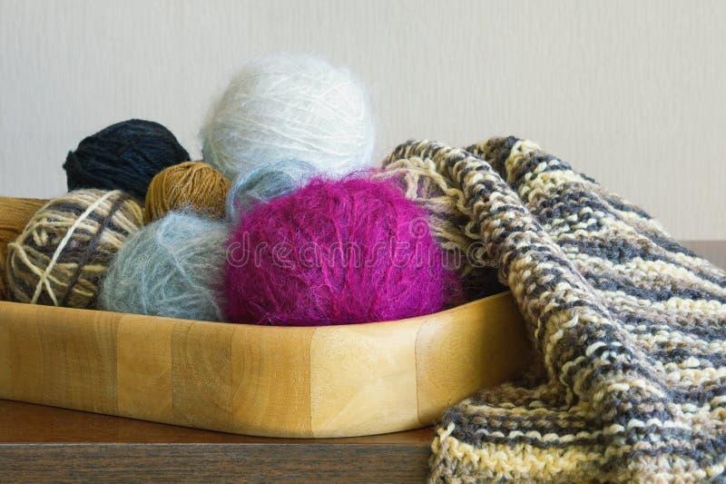 Hobbyconcept Ballen van wol en het onvolledige breien in het houten dienblad royalty-vrije stock foto's