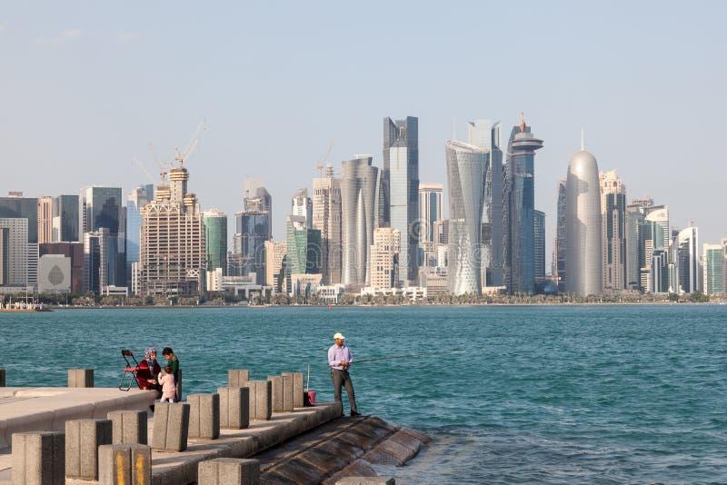Hobbyfiskare på den Doha cornichen, Qatar royaltyfria foton