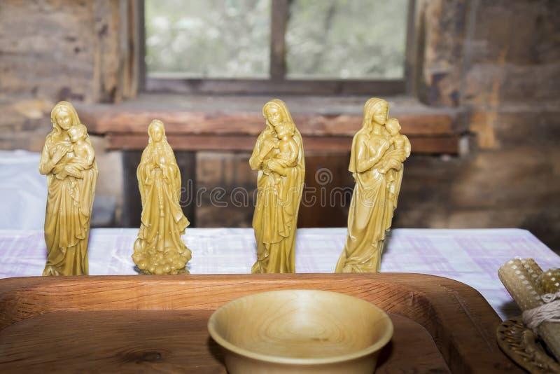 Hobbys en creativiteit, ambacht Geloof en godsdienst, Christendom De kaars stelt bijenwasheiligen voor door handen worden gemaakt royalty-vrije stock afbeelding