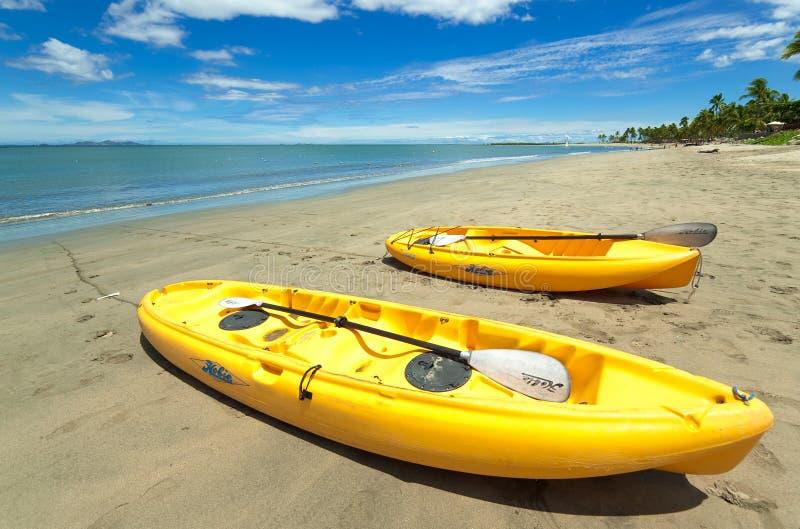 Hobie Kayaks sulla spiaggia ad un ricorso del Fijian fotografia stock