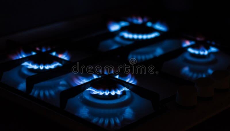 Hobs ardentes do gás na escuridão imagens de stock royalty free