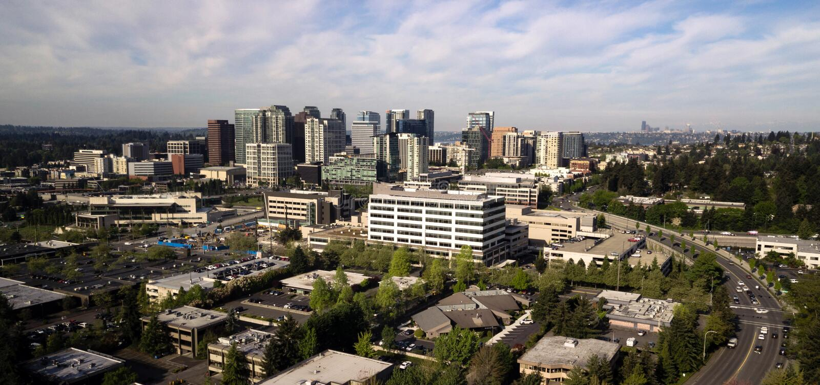Hoch über dem Schauen hinunter Vogelperspektive Bellevue Washington City Sky stockfoto