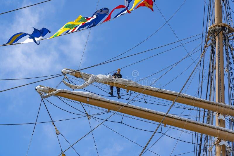 Hoch in den Masten werden die Segel während des Segels auf Scheveningen 2019, die Niederlande gebunden stockbilder