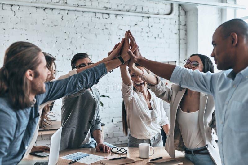 Hoch--fünf für Erfolg! Verschiedene Gruppe Geschäftskollegen givi lizenzfreie stockfotografie
